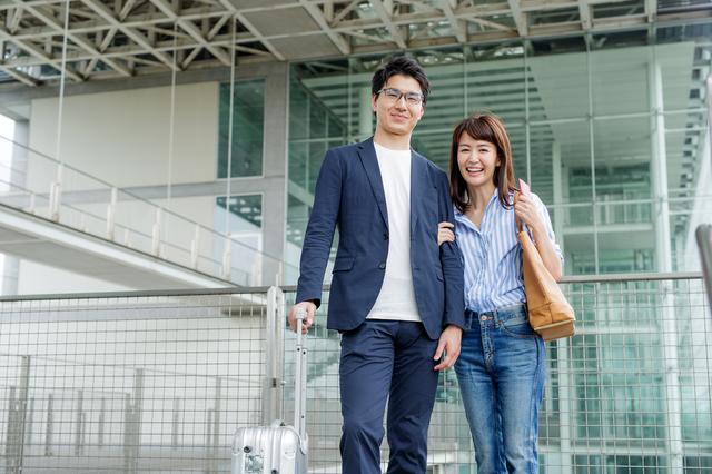 空港にいる夫婦
