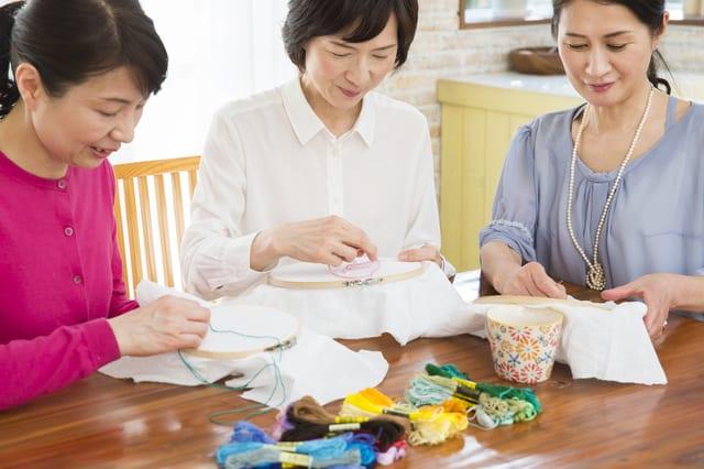 刺繍をする女性