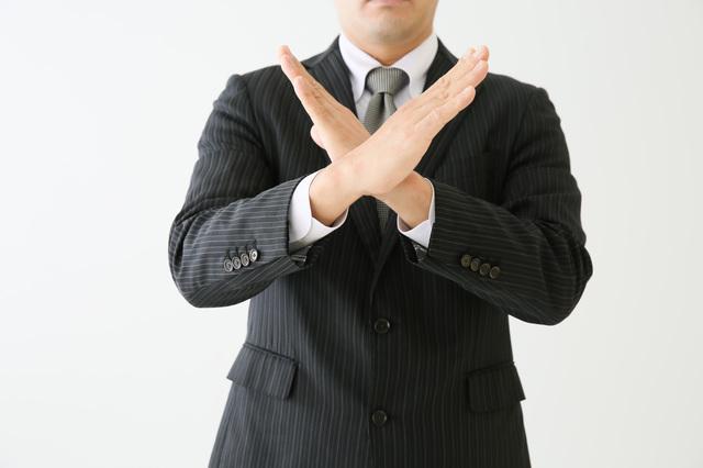 手をクロスする男性