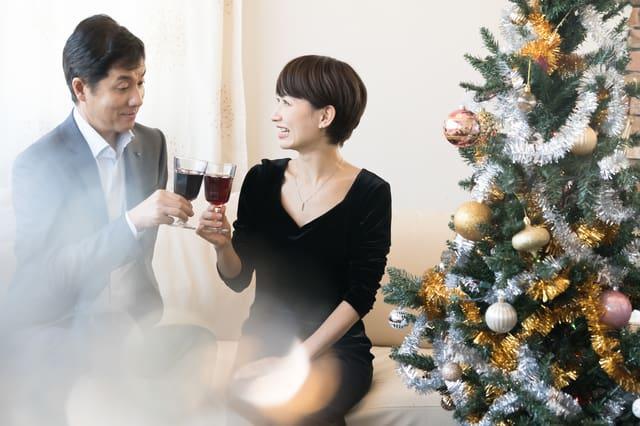 クリスマスデートをするアラフォーカップル
