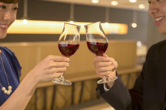 ワインを乾杯する男女