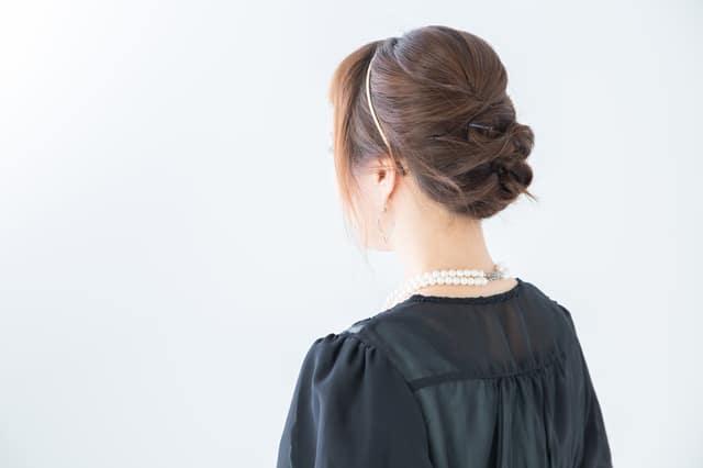 ドレスを着た女性の背中