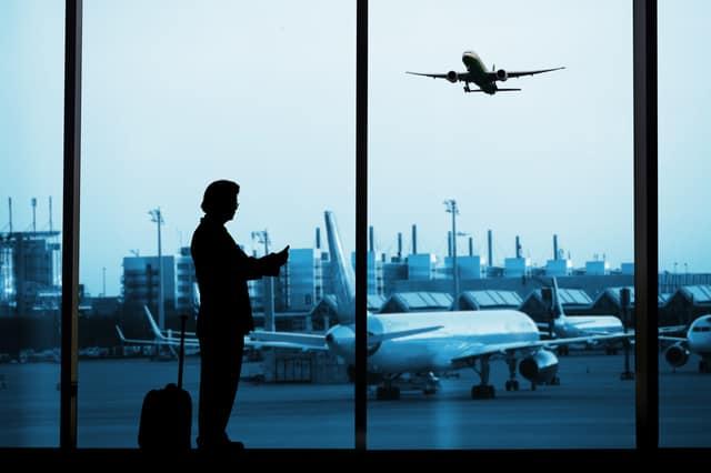空港に佇む男性