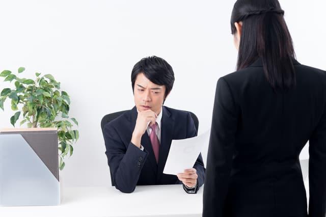 上司に怒られる女性社員