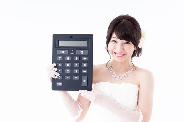 電卓を持つ花嫁