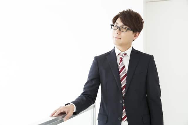 眼鏡を掛けた男性