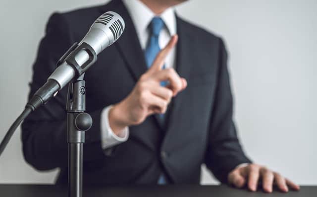 演説する男性