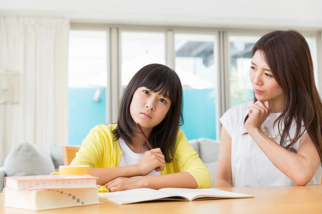勉強する娘と母