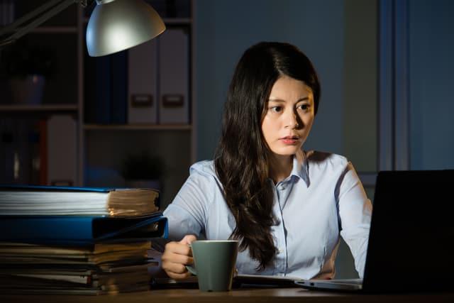 夜に残業をする女性