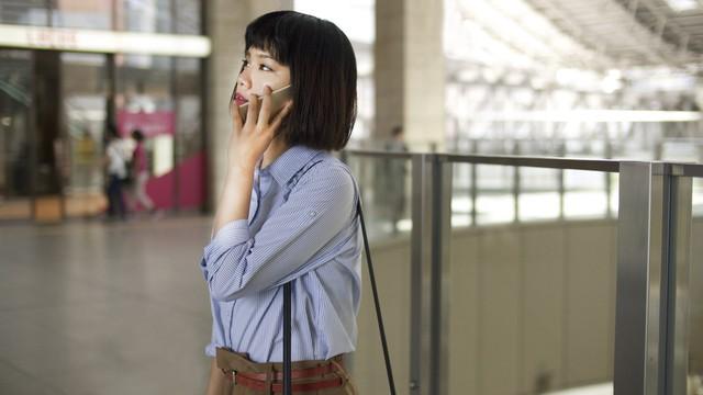 大阪駅で待ち合わせする女性