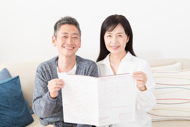 婚姻届を持つ夫婦