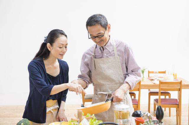 料理をするシニアカップル