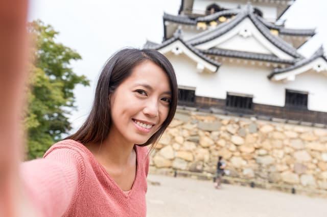 彦根城で観光する女性