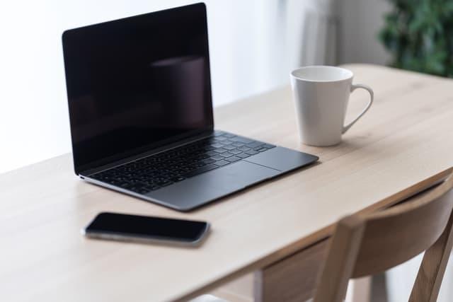 パソコンとスマホを置いた机