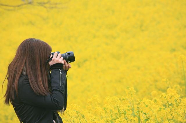 花を撮影する女性