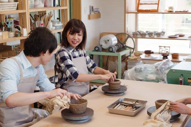 陶芸をするカップル