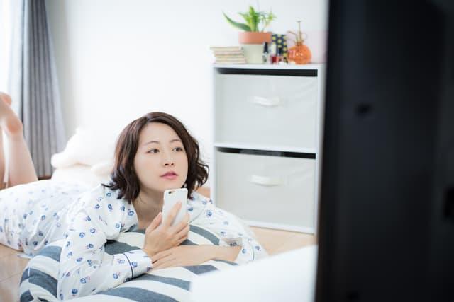 テレビを観る女性