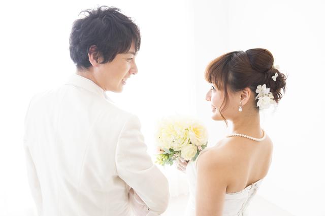 結婚式を迎えるカップル