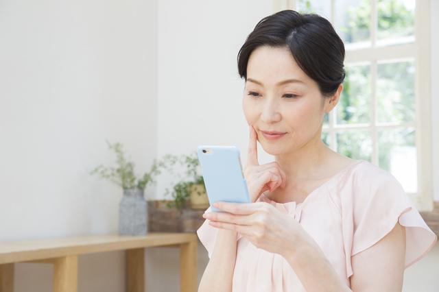 スマートフォンをみる女性