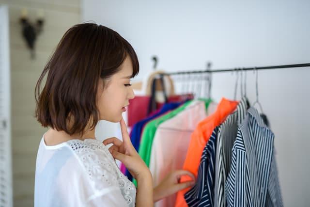 服を悩む女性